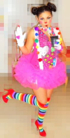 cute clown girl with pompom suspenders Sexy Clown Costume, Clown Halloween Costumes, Halloween Rocks, Tutu Costumes, Halloween Diy, Happy Holloween, Clown Clothes, Make Carnaval, Female Clown