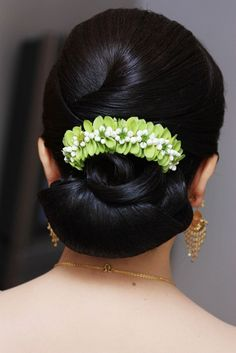 Gorgeous Wedding Hairstyles for Long Hair - Page 22 of 74 - new trend hairstyle Indian Hairstyles, Bride Hairstyles, Hairstyles Haircuts, Brunette Hairstyles, Bridal Hair Buns, Bridal Hairdo, Wedding Hairstyles For Long Hair, Straight Hairstyles, Hair Decorations