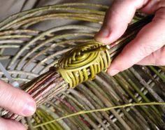 L'oeil japonais est le nom d'une technique pour lier un faisseau de tiges. le matériau utilisé pour cette attache doit être très souple car ce système demande de petites courbes surtout au début de sa réalisation. L'osier est un bon matériau pour cela....