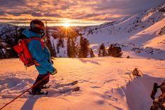 O esquiador Sam Cohen contemplando o pôr-do-sol em Baker Creek, Idaho, Estados Unidos.