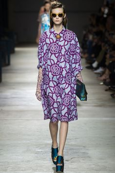 See the complete Dries Van Noten Spring 2016 Ready-to-Wear collection.