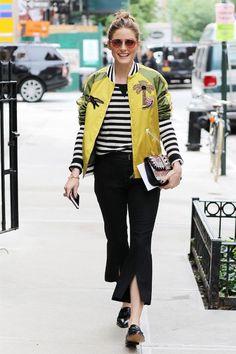 Olivia Palermo usa listras com jaqueta bomber e calça cropped