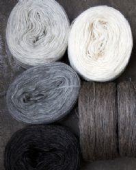 Ljusgrå, naturvit, grå, brungrå o mörkgråbrun. Filtmakeriets klassiska förgarn. www.filtmakeriet.se