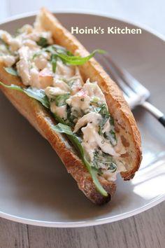 チキンと香菜のサンドイッチ  スイートチリソースと言えば生春巻きにつけるイメージですが、使い道はそれだけではありません!いつもの料理に加えるだけでエスニックな味わいの一品に変身させることができるんです。野菜にはもちろん肉・魚料理にもよく合いますよ。ぜひ活用してみてください♡