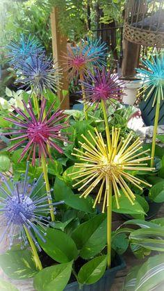 Diy Garden Projects, Garden Crafts, Diy Garden Decor, Garden Art, Garden Ideas, Soda Can Flowers, Paper Flowers, Yard Art Crafts, Diy Crafts