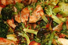 El brócoli, ingrediente estrella de la ensalada que te enseñaremos a elaborar, es un alimento multiuso con numerosas propiedades terapéuticas. Aporta mucho color y sabor a las ensaladas y las colma de nutrientes beneficiosos para nuestra salud. Es fuente de vitamina C y aporta minerales como el calcio, el hierro y el potasio Pasta, Broccoli, Salads, Vegetables, Twitter, Food, Healthy Recipes, Food Items, Healthy Living