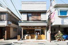 okomeya rice store by schemata enlivens tokyo shopping street Tokyo Shopping, Shopping Street, Busy Street, Japan Design, Japan Architecture, Contemporary Architecture, Architecture Design, Shop Interior Design, Exterior Design