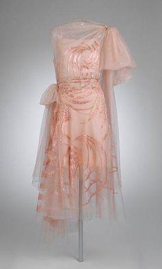 "omgthatdress: "" Dress Madeleine Vionnet, 1929 The Metropolitan Museum of Art "" Madeleine Vionnet, Vintage Gowns, Mode Vintage, Vintage Vogue, Vintage Fashion, Edwardian Fashion, 20s Fashion, Fashion History, Fashion Outfits"