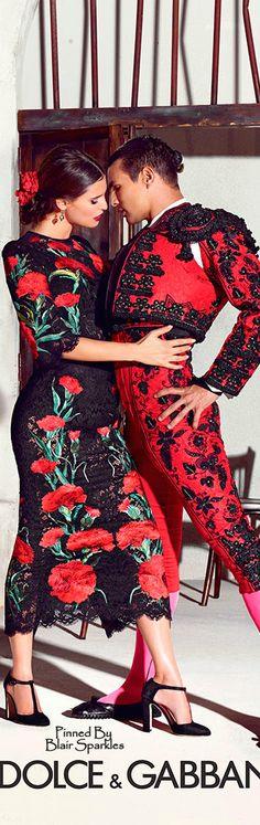 El hombre tiene un traje y la mujer tiene un vestido para bailar.  Son por Dolce y Gabanna.  Son tradicional.  El vestido y el traje son de color rojo.