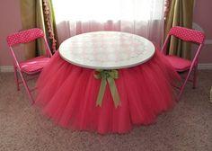 Decore a mesa com tule e fita, como se estivesse usando um tutu, para deixar a hora da refeição mais divertida para as pequenas bailarinas.