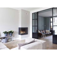 Finns det nått på denna bild man inte kan älska  väggfärgerna, fönsterväggen, kaminen... Wow  [ Bild från pinterest ] #inspo#pinterest#interior#inspiration