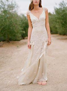 Weddbook ♥ avorio in seta e pizzo ricamato platino con fidanzata scollo a V e fiocchi di seta e nastri, e fiori d'argento sui fianchi. Romantico abito da Toulouse