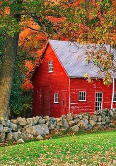 Red barn house in the fall Country Barns, Country Life, Country Living, Country Fall, Country Roads, Farm Barn, Red Barns, Old Buildings, Fall Photos