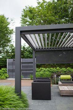 bloom-design-studio | BLOG   Een strakke metalen overkapping met lamellen en verstelbare zijkanten (Appeltern)