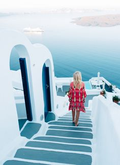 Are you planning a trip soon and need to stay at a nice hotel? Do you want help finding the perfect hotel? Places To Travel, Travel Destinations, Places To Visit, Travel Things, Lunch Boxe, European Summer, European Style, It's Going Down, Santorini Greece