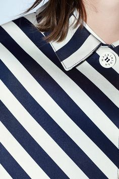 LOOK WOMENページ。英国を代表する老舗ブランド、マッキントッシュの公式ページ。今も19世紀と同じ製法でつくられるゴム引きコートをはじめ、トレンチコートやダウンジャケットなど、着る人の魅力をひきたたせるシンプルでタイムレスなアウターウェアを生み出しています。AW15シーズンより、同じ美意識からつくられるシャツやジャケット、英国靴などその世界が広がっています。