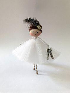 Brooch doll Ballerina Odette Jewelry de Mischic en Etsy https://www.etsy.com/es/listing/499095244/brooch-doll-ballerina-odette-jewelry