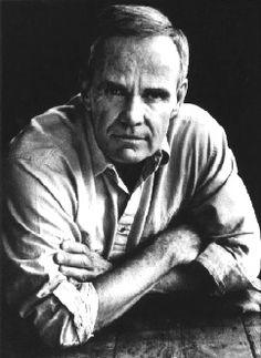 Cormac McCarthy est un écrivain américain né le 20 juillet 1933 à Providence, Rhode Island (États-Unis). On le compare régulièrement à William Faulkner et, plus rarement, à Herman Melville. All the Pretty Horses, De si jolis chevaux (1992) a reçu le National Book Award et le National Book Critics Circle Award. Son dernier roman, The Road (La Route), publié en 2006, obtient le prestigieux prix Pulitzer.