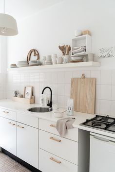 ELLE INTERIEUR - blog interior & lifestyle Minimalist Small Kitchens, Minimalist Interior, Kitchen Dining, Kitchen Decor, Kitchen Cabinets, Kitchen Ideas, May House, Ikea Bedroom, Home Kitchens