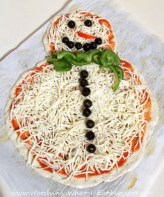 Watching What I Eat: Easy Homemade Snowman Pizza - Fingerfood Ideen Christmas Pizza, Christmas Party Food, Xmas Food, Christmas Breakfast, Christmas Appetizers, Christmas Cooking, Christmas Goodies, Christmas Desserts, Holiday Treats