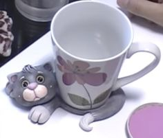Biscuit Passo a Passo: Descanso de caneca gatinho em biscuit …                                                                                                                                                                                 Mais Polymer Clay Figures, Cute Polymer Clay, Polymer Clay Animals, Polymer Clay Miniatures, Fimo Clay, Polymer Clay Projects, Coffee Cup Crafts, Felt Coasters, Mug Rug Patterns