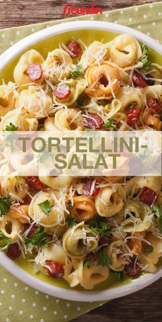Pasta salad is a hit at every barbecue party. But how about tortellini instead of normal pasta? Super delicious, we think! Pasta salad is a hit at every barbecue party. But how about tortellini instead of normal pasta? Super delicious, we think! Feta, Clean Eating Recipes, Cooking Recipes, Soap Recipes, Macaroni Salad, Macaroni Recipes, Pasta Salad Recipes, Healthy Chicken Recipes, Easy Meals
