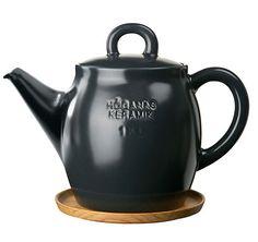 Höganäs Keramik - Våra produkter - Serveringsskålar, fat och kannor - Tekanna med träfat 1,5 L