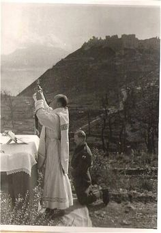 The picture was taken during or after the Battle of Monte Cassino, May The knelling polish soldier belongs to the Carpatian Infantry Divison (green tree on the sleeve). Catholic Priest, Catholic Prayers, Catholic Altar, Mystery Of History, Us History, Battle Of Monte Cassino, Catholic Pictures, Vietnam, Love Is An Action