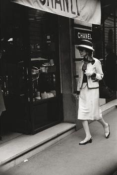 Muutettuaan pois lastenkodista, Gabrielle Chanel työskenteli ompelijattarena pienissä ompelimoissa. Hän kokeili myös laulajanuraa joka jäi lyhyeksi