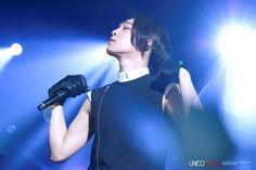 140301 - OMFG Taehyun looking so immersed at 2NE1's AON Concert! (cr: unicomoda)