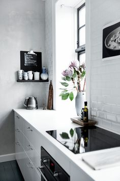 Scandinavian interior decor has always been fascinating. The kitchen in Scandinavian style has an airy and simple decor but it's also functional and practical. The Scandinavian kitchen design and Kitchen Interior, Kitchen Decor, Country Look, Gravity Home, Cocinas Kitchen, Black Kitchen Cabinets, White Cabinets, Scandinavian Kitchen, Minimalist Kitchen