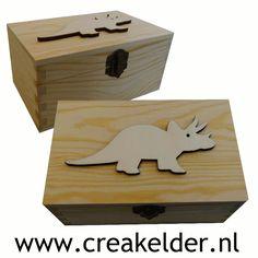 Welke dino liefhebber wil nu niet zo'n mooi houten kistje met een echt Triceratops erop?Formaat: L 14,5 CM x B 9 CM x H 7 CM www.creakelder.nl