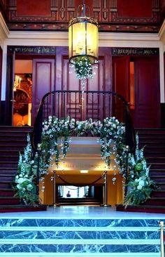 Découvrez les nouvelles tendances de G Image In pour l'été 2017. Décoration d'escalier pour une entrée époustouflante sur le lieu de votre réception. Contactez Ghislaine, contact@g-image-in.fr 🌷 0617916696   #wedding  #jewish #houppa #decoration  #mariage