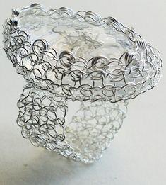 Adriana Laura Mendez es una artista argentina, residente en Buenos Aires, dedicada al diseño de joyas. Su especialidad es el ganchillo metálico, con el que proponecollares, brazaletes, pendientes,…