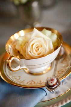 Xícaras de antiquário para decorar o chá de panela.
