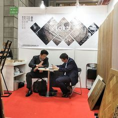 Customers visit our booth of Japan home and building show #floor #flooring #floorings #engineeredflooring #hardwood #hoteldecor #hardwoodfloors #floors #hotsale #onsale #sale #forsale #show #exhibition #export #europeanoak #russianoak #newproducts #newdesign #ideias #new #China #Chinafloor #japan #tokyo #booth #boothdisplay