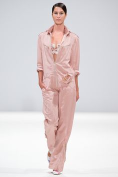 Explore the looks, models, and beauty from the Ong Oaj Pairam Spring/Summer 2015 Ready-To-Wear show in London on 13 September 2014 Style Casual, Classic Style, Ss 15, Spring Summer 2015, London Fashion, Editorial Fashion, Red Carpet, Ready To Wear, Cool Designs