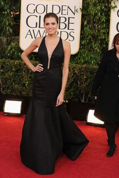 El allure de los Golden Globes-Allison Williams, en un look total black con profundo escote en V, en la entrega 70° de los Golden Globes.