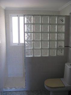 Para el baño, ventana en la ducha y mampara de vidrio.