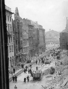 Zerstörtes München, 1944 Timeline Classics/Timeline Images #Luftangriff #Bombadierung #Destruction #Bombing #Munich #Schutt #Trümmer