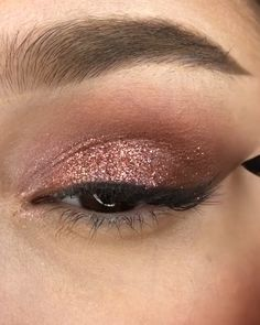 Rose gold makeup look by Smoke Eye Makeup, Gold Eye Makeup, Skin Makeup, Eyeshadow Makeup, Glossy Makeup, Small Eyelid Makeup, Makeup Art, Grunge Eye Makeup, Tape Makeup