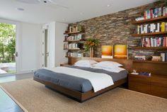 tête de lit avec rangement et étagères flottantes