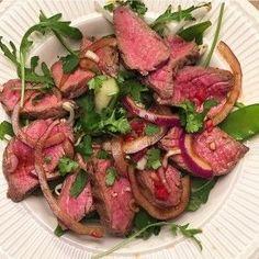 Thaise salade met biefstuk, komkommer en gemarineerde rode ui
