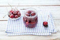 Ciliegie, zucchero di bianco e di canna e acqua: ecco i pochi e semplici ingredienti di questa gustosa e classica ricetta. Da provare!