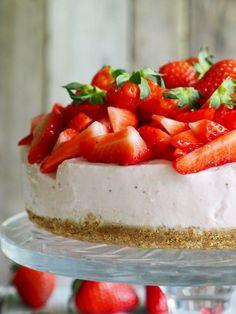 Enkel ostekake med jordbær (uten steking) - Mat På Bordet Norwegian Food, Yummy Cakes, Cheesecake, Food And Drink, Cookies, Baking, Desserts, Recipe, Board
