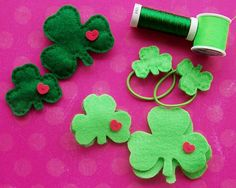 Here's a quick craft for St. Decorate your little cutie with green felt shamrocks. Create pins, hairband ties, and headbands. Quick Crafts, St Patrick's Day Crafts, Diy Arts And Crafts, Holiday Crafts, Crafts To Make, Diy Crafts, Felt Diy, Handmade Felt, Felt Crafts