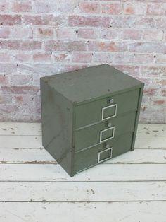 Klein Frans kleppenkastje in fraai groene kleur.