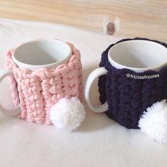 Entrando no clima de páscoa❤️!!! Xícara fofa , voce pode colocar bombons e presentear pessoas queridas , confeccionamos em diversas cores ❤️#pascoa #pascoa2018 #xicara #chocolate #ovodepascoa #decoração #decorativeart #pompom #mimo#presente#carinhoso#feitoamao#crochet #croche#fiodemalha#trapillo Diy Crochet And Knitting, Crochet Home, Crochet Clothes, Crochet Designs, Crochet Patterns, Crochet Coffee Cozy, Finger Knitting, Fabric Yarn, Kits For Kids