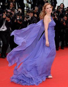 On l'attendait avec impatience et la voilà : la robe de tapis rouge par excellence, signée Elie Saab. C'est Jessica Chastain qui nous l'offre sur un plateau, lundi, lors de la montée des marches du film « Foxcatcher », avec Channing Tatum. http://www.elle.fr/Cannes/Look-de-stars/Le-look-du-jour-de-Cannes-Jessica-Chastain-en-Elie-Saab-2706453