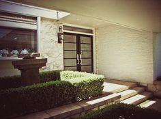 mid century modern ranch outdoor sculpture and front door details